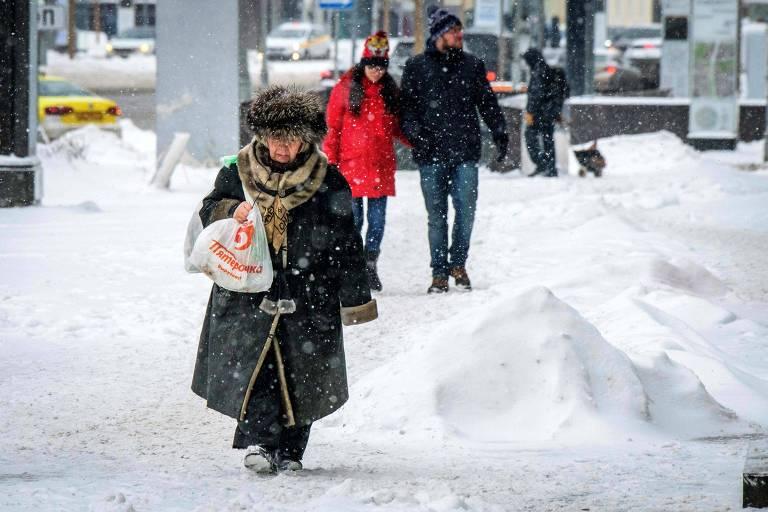 Pessoas caminham na neve no centro de Moscou, em imagem feita no início de março