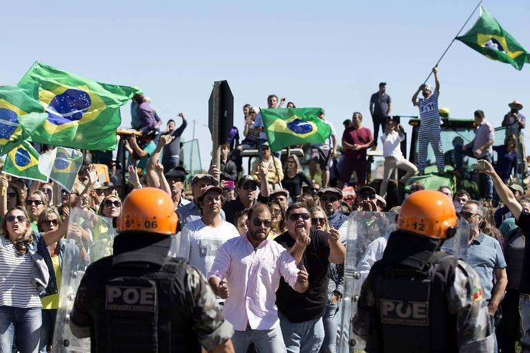 Simpatizantes de Jair Bolsonaro e de ruralistas protestam antes da chegada da caravana de Lula no sul do país