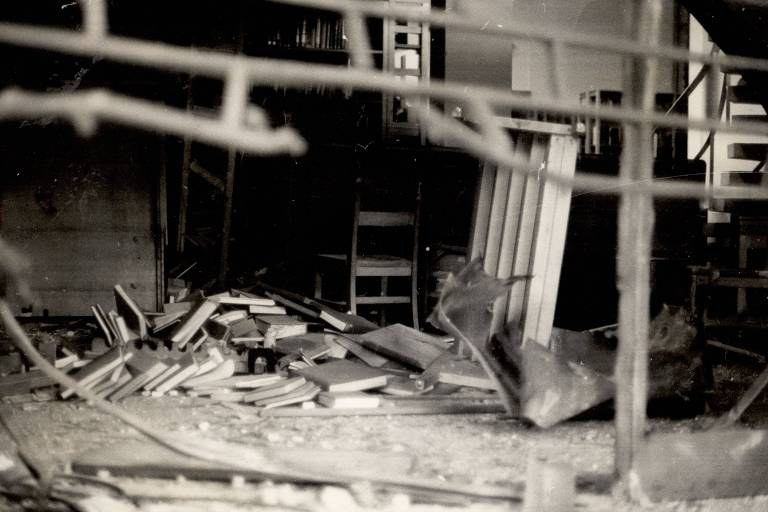 Destroços que sobraram da explosão de bomba na biblioteca do Consulado dos EUA em São Paulo, no Conjunto Nacional, na avenida Paulista, na região central da cidade