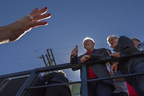 'Saio triste daqui', diz Lula após protestos durantecaravana em Bagé
