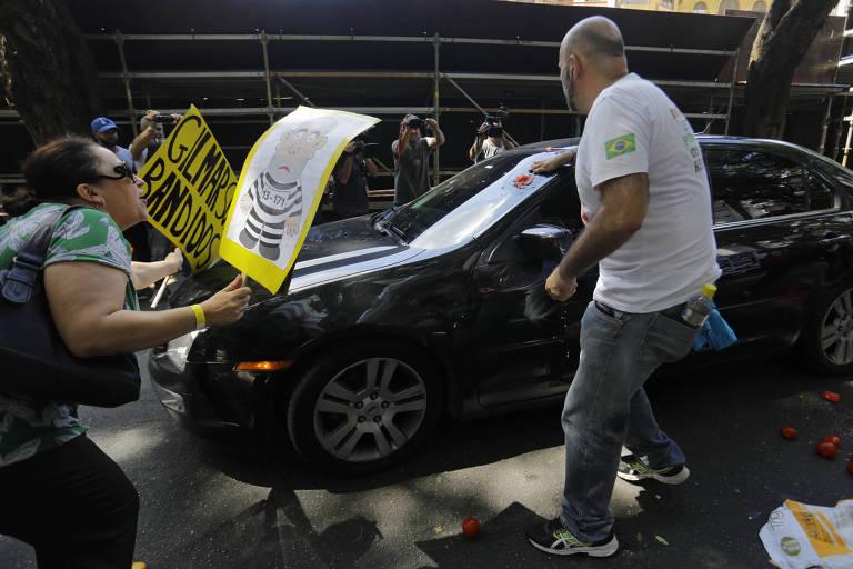 Com faixas, manifestantes cercam carro do ministro Gilmar Mendes, do STF, que chegava a evento em São Paulo