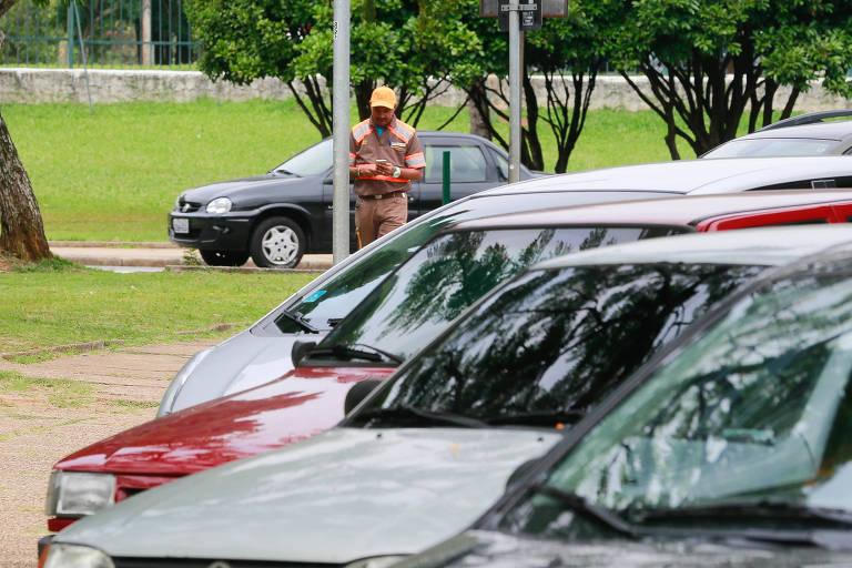 Agente da CET multa carros estacionados irregularmente no Parque do Ibirapuera