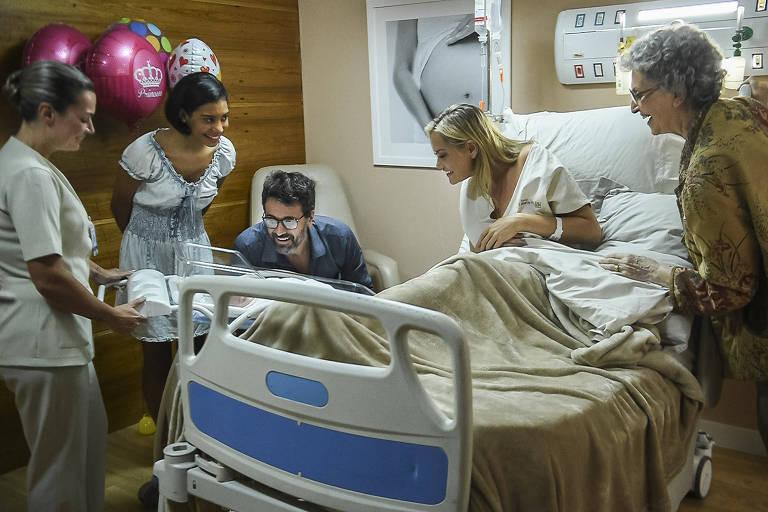 Em 'O Outro Lado do Paraíso' (Globo) Suzy (Ellen Rocche) dá à luz sua filha com Samuel (Eriberto Leão)