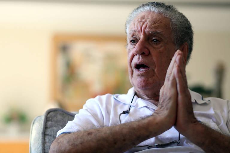 Com as mãos espalmadas e juntas, Carlos Caboclo está sentado enquanto concede entrevista para a Folha
