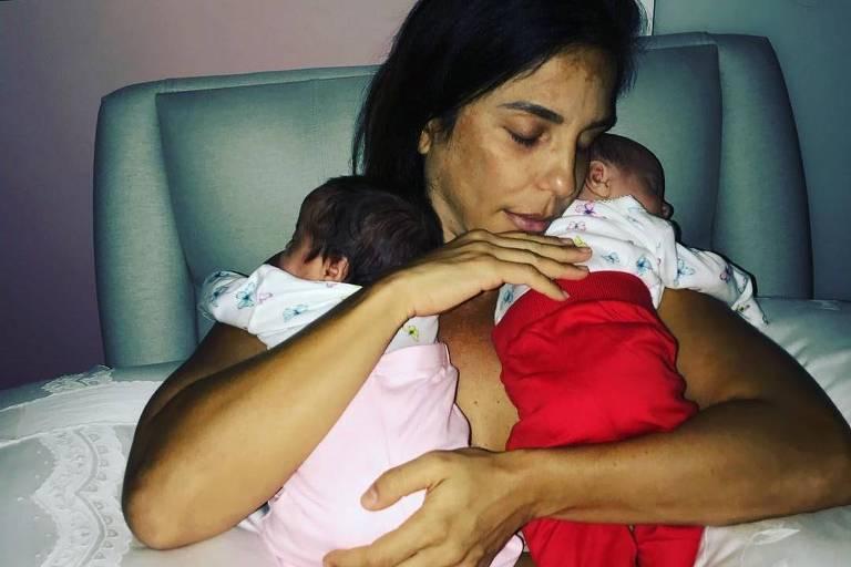 Ivete Sangalo segura gêmeas após dar de mamar