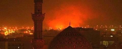BAGDÁ, IRAQUE, 23-03-2003, 19h. Explosão de míssil atrás da mesquita Al-Fridos, no centro de Bagdá (Iraque).  (Foto: Juca Varella/Folhapress)