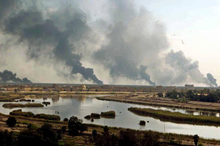Fumaça provocada por bombardeios norte-americanos em Bagdá