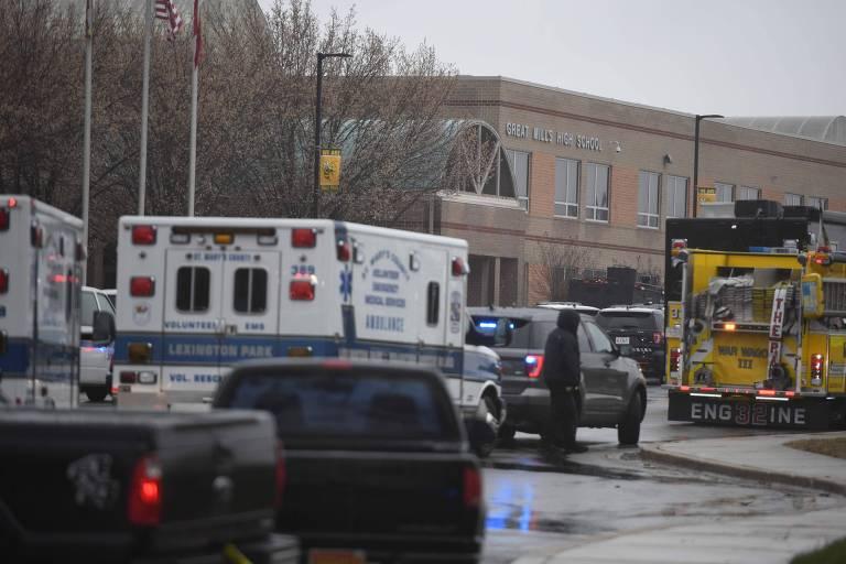 Equipes de emergência em frente à escola Great Mills High School após ataque a tiros