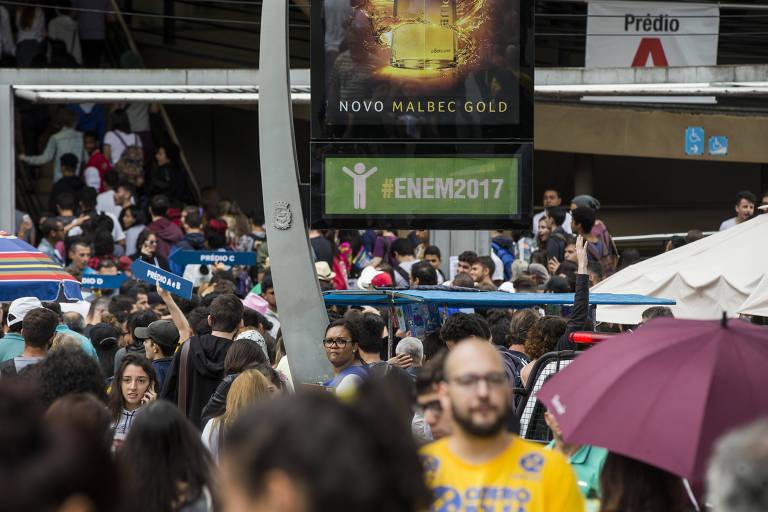 Estudantes chegam para o primeiro dia da prova do Enem de 2017 em campus da Universidade Uninove, em São Paulo