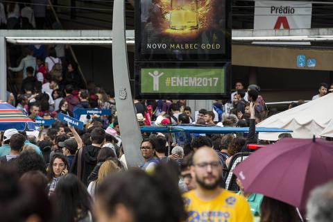 SÃO PAULO, SP, 05.11.2017: ENEM-2017 - Estudantes chegam para o primeiro dia da prova do Enem em campus da Universidade Uninove na Barra Funda na zona oeste de São Paulo. (Foto: Adriano Vizoni/Folhapress)