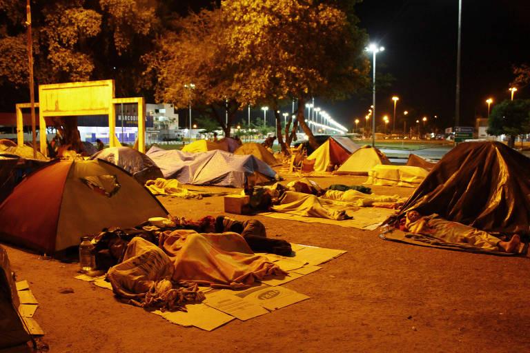 Venezuelanos dormem ao relento em acampamento improvisado na praça Simón Bolívar, em Boa Vista, no sábado