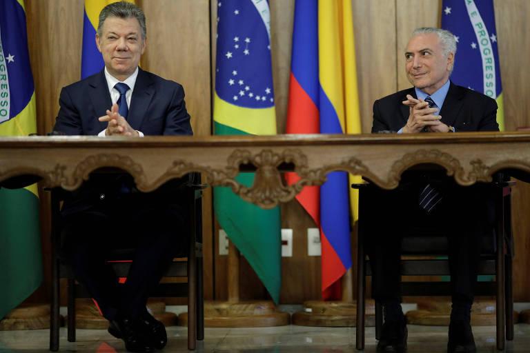 O presidente da Colômbia, Juan Manuel Santos, e o brasileiro, Michel Temer, preparam-se para falar com jornalistas após encontro no Palácio do Planalto, em Brasília