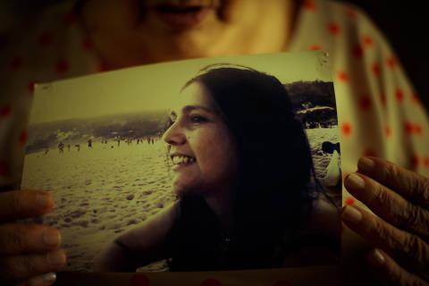 NITEROI, RJ, BRASIL, 19-09-2014, 15h30: Retrato de Marly Lourival Acioli, 76, em sua residencia em Niteroi, com a foto da sua filha assassinada tres anos atras. Marly Acioli e mae da juiza Patricia Acioli, morta com 21 tiros em 2011 quando chegava em casa, apos sair do Forum de Sao Goncalo. Dos 11 policiais condenados, dois ainda constam no quadro da policia militar carioca, o tenente Daniel dos Santos Benitez e o tenente-coronel Claudio Luiz de Oliveira, apontado como mandante do crime. A mae da juiza diz se sentir