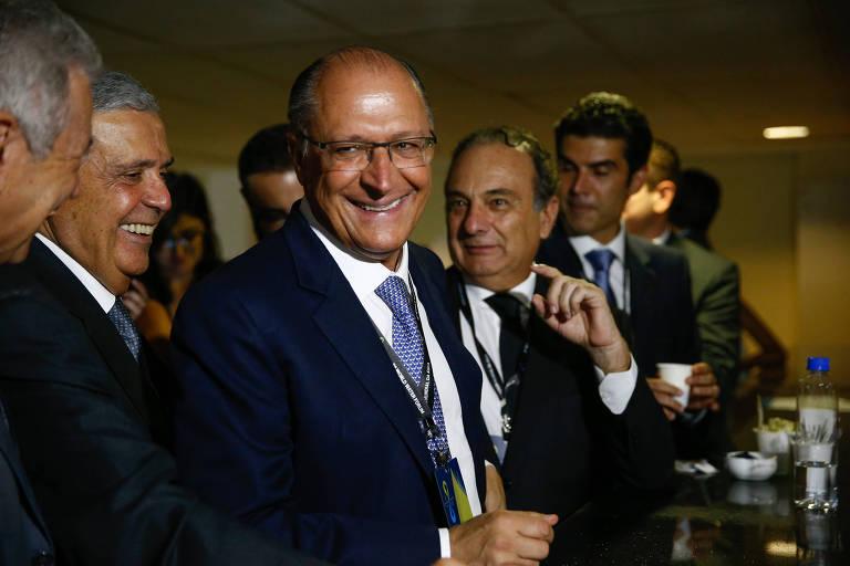 O governador paulista, Geraldo Alckmin, sorri ao lado de outros políticos no Fórum Mundial da Água, em Brasília