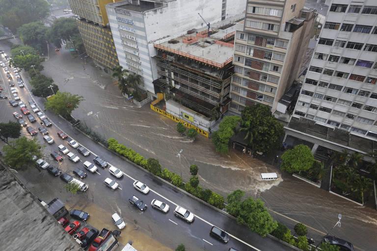 Ponto de alagamento na avenida Nove de Julho, próximo à praça da Bandeira, durante forte chuva que atinge a região central de São Paulo na tarde desta terça-feira