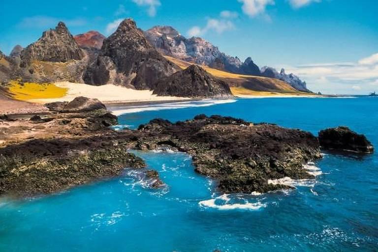 Imagem de parte de ilha próxima ao mar