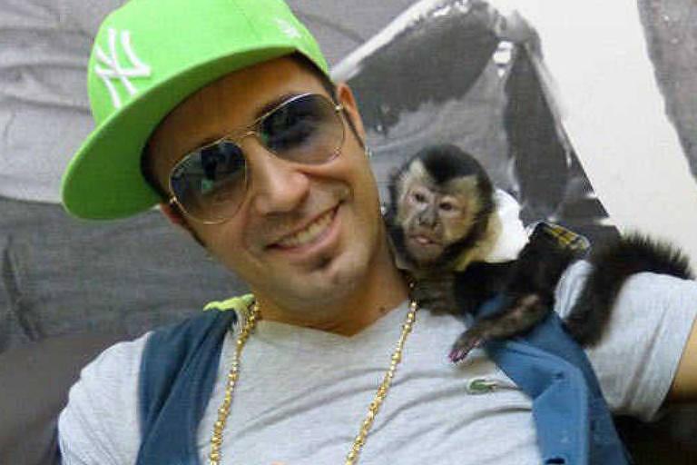 Latino com o macaco Twelves em 2014