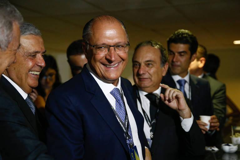 O governador de São Paulo, Geraldo Alckmin, sorri para correligionários