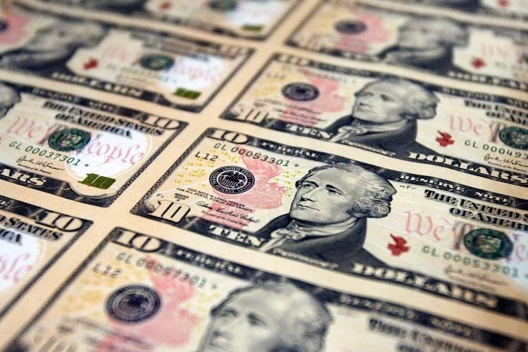 Dólar sobe em linha com exterior