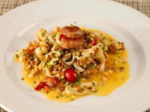 Fregola com lula, camarão, vieiras e presunto de Parma é opção no menu do Mondo