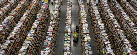 FILE PHOTO: A worker gathers items for delivery from the warehouse floor at Amazon's distribution center in Phoenix, Arizona, U.S., on November 22, 2013.  REUTERS/Ralph D. Freso/File Photo ORG XMIT: TOR262
