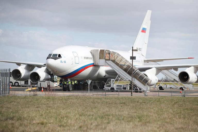 Expulsos, diplomatas russos deixam embaixada em Londres