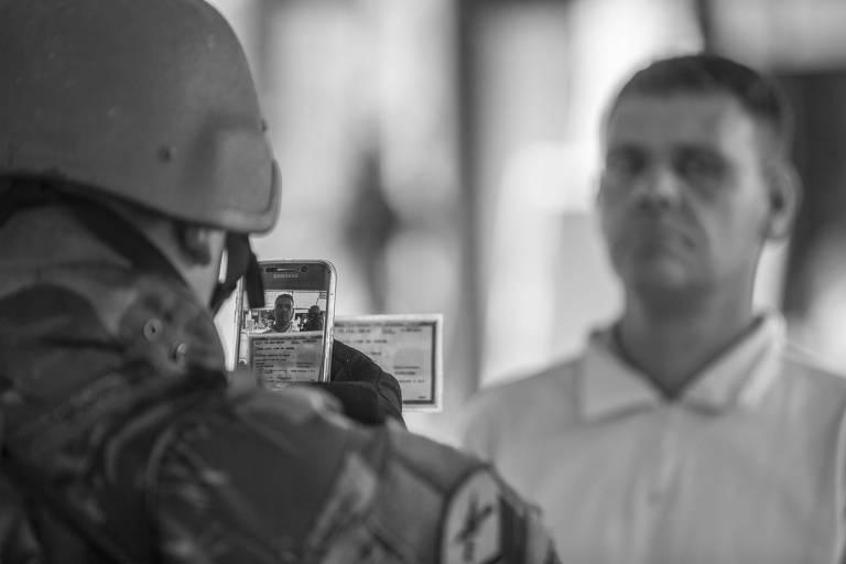 Militar faz 'fichamento' de homem abordado em operação na Vila Kennedy, no Rio de Janeiro