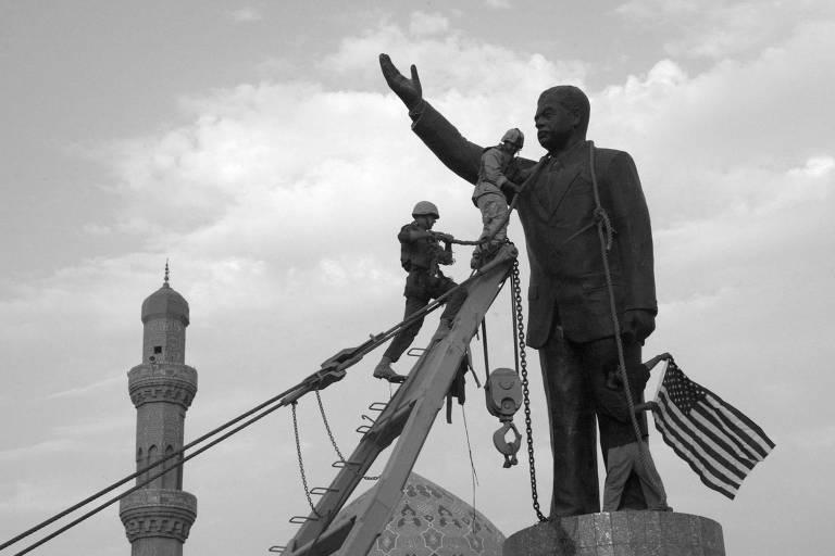 Militares americanos se preparam para derrubar estátua de Saddam Hussein em praça em Bagdá, em abril de 2003