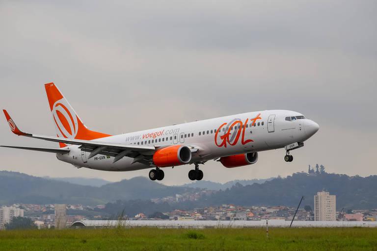 Avião da companhia aerea Gol pousa na pista do aeroporto de Cumbica, em Guarulhos