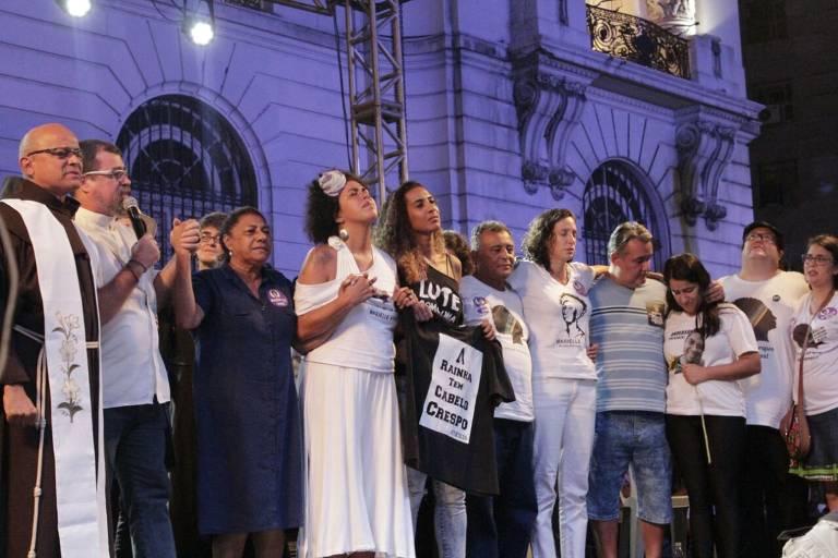 Familiares da vereadora Marielle Franco (PSOL) em ato multirreligioso no centro do Rio