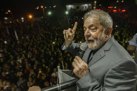 PODER -  CARAVANA LULA  - SANTA MARIA - RS - O ex Presidente Lula  no bairro Santa Marta, uma antiga ocupação que foi transformada em bairro. 20/03/2018. Foto: Marlene Bergamo/FolhaPress - 017 -
