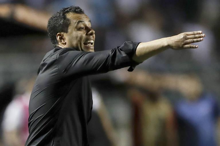Jair ventura orienta jogadores do Santos em partida da Libertadores