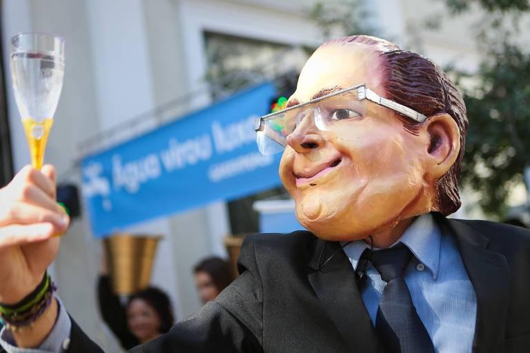 Manifestante do Greenpeace, com máscara do governador Geraldo Alckmin, oferece taça de água a R$ 100, em protesto nos Jardins, em São Paulo
