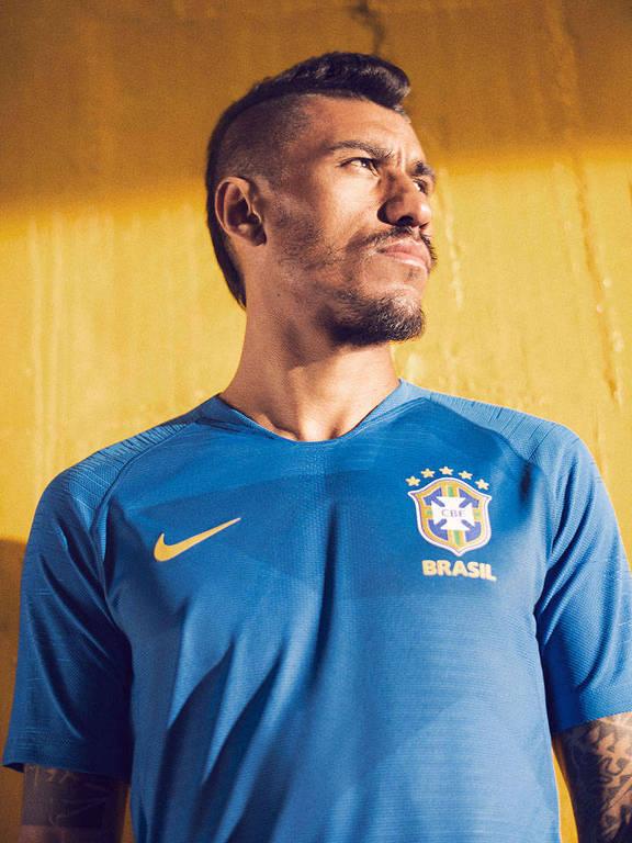 O volante Paulinho com a nova camisa azul da seleção brasileira de futebol 0a207e77be2b9
