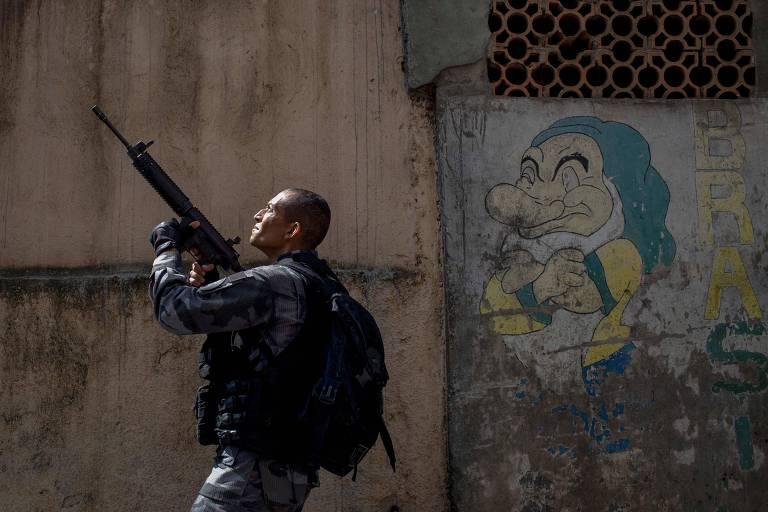 Agente do Bope patrulha a favela da Rocinha, no Rio