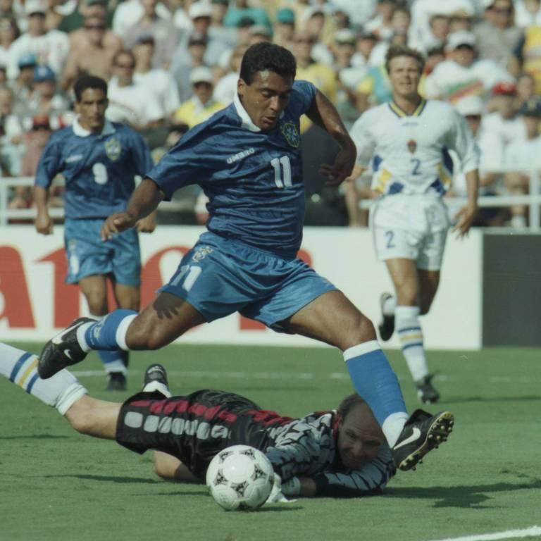 O atacante Romário supera o goleiro Ravelli, da Suécia, durante jogo no estádio Rose Bowl, na semifinal da Copa de 1994