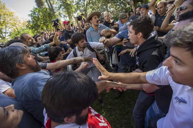 Militantes do PT e simpatizantes de Bolsonaro se enfrentam em frente à Universidade Federal de Santa Maria