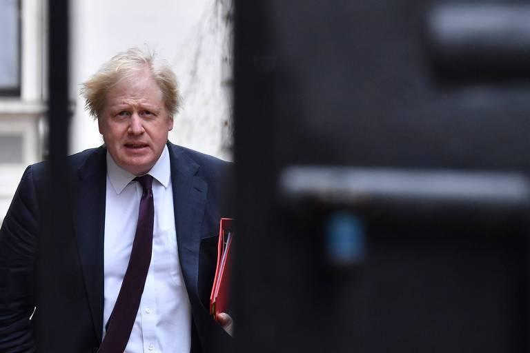 O ministro Boris Johnson chega a Downing Street, em Londres, para reunião semanal