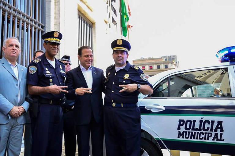 O atual comandante geral da GCM, Carlos Alexandre Braga (direita) ao lado do prefeito João Doria (PSDB), de seu predecessor, Adelson de Souza e do secretário da Segurança Urbana, José Roberto Rodrigues de Oliveira