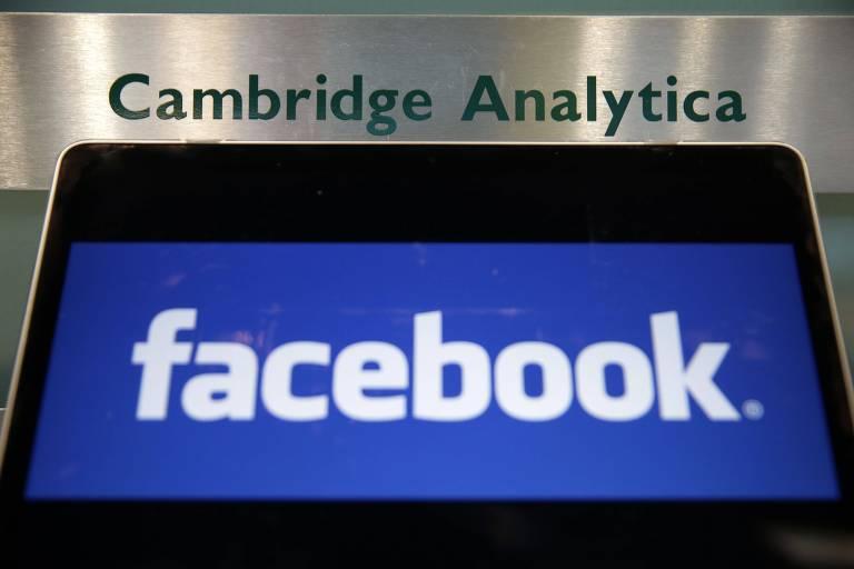 Símbolo azul do Facebook aparece na tela de um tablet abaixo do nome Cambridge Analytica, em letras verdes e fundo prateado