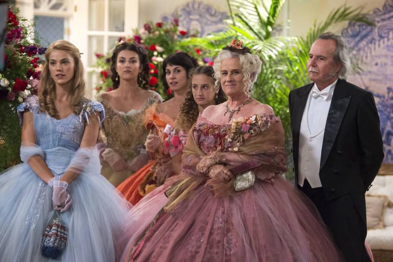 Ofélia (Vera Holtz), Felisberto (Tatu Gabus Mendes) e suas filhas em cena da novela 'Orgulho e Paixão'