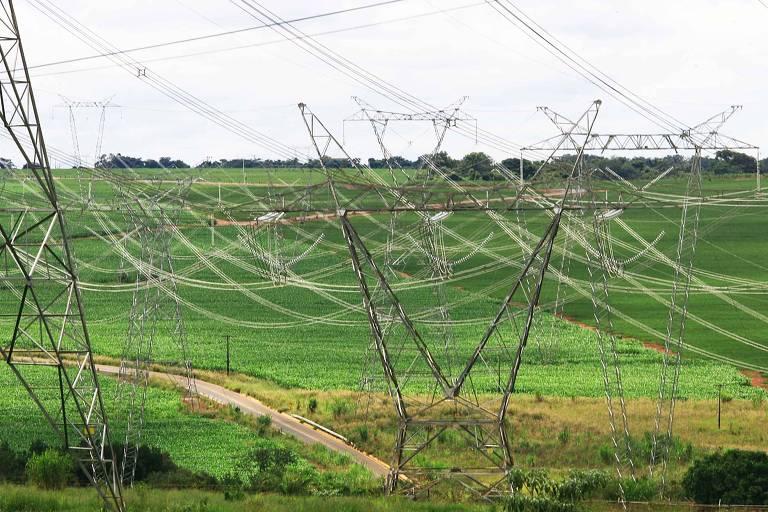 Linha de transmissão de energia no interior de São Paulo