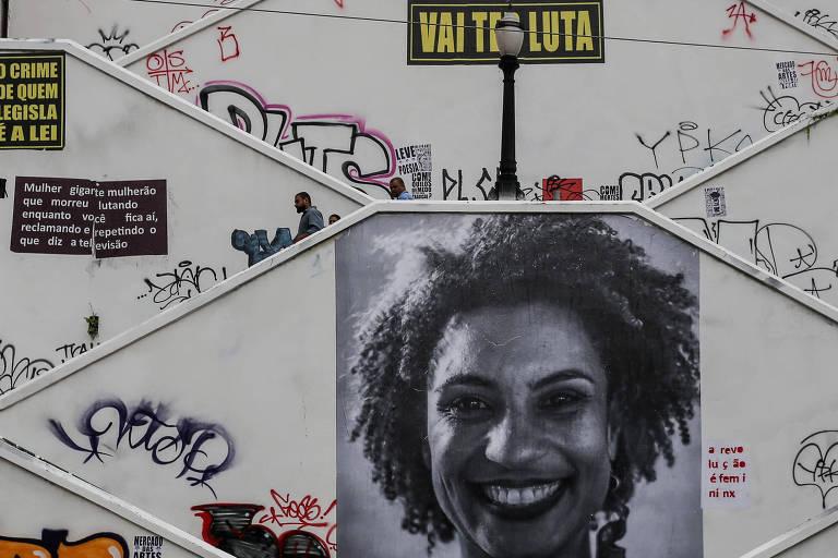 Grande foto de Marielle Franco é colocada em muro de escadaria no Rio