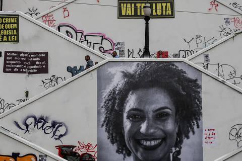 (180321) -- SAO PAULO, marzo 21, 2018 (Xinhua) -- Una fotografía a gran escala de la concejala de Río de Janeiro, Marielle Franco, permanece en una pared de una escalera pública que une a dos calles en Sao Paulo, Brasil, el 21 de marzo de 2018. La conmoción causada en Brasil por el asesinato de la concejala de Río de Janeiro Marielle Franco el 15 de marzo ha provocado que se intensificaran todavía más los cuestionamientos sobre la intervención federal en Río de Janeiro, decretada justo hace un mes, y la presión sobre los militares responsables de la seguridad. Franco, de 38 años y militante del Partido Socialista y Libertad (PSOL), fue una de las voces más críticas con la violencia policial en Río de Janeiro. El coche en el que viajaba recibió nueve impactos de bala, la noche del 15 de marzo en el centro de Río de Janeiro, tras salir de un acto. El conductor del vehículo, Anderson Gomes, de 39 años, también murió. (Xinhua/Rahel Patrasso) (rp) (rtg) (ah)