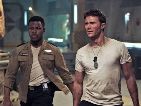 Os atores John Boyega (à esq.) e Scott Eastwood no filme