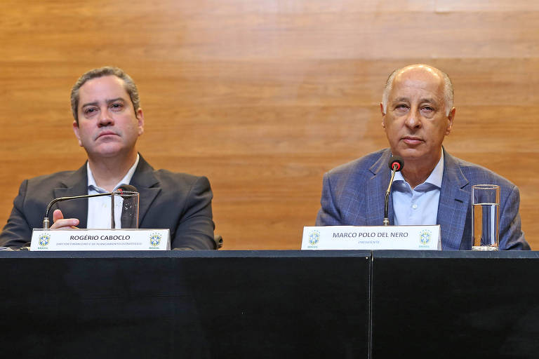 Rogério Caboclo (à esq.) durante entrevista coletiva com o presidente afastado da CBF, Marco Polo Del Nero