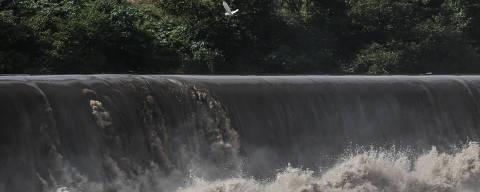 (180321) -- SAO PAULO, marzo 21, 2018 (Xinhua) -- Imagen del 20 de marzo de 2018 de una garza volando sobre la plata hidroeléctrica de Sao Pedro, previo al