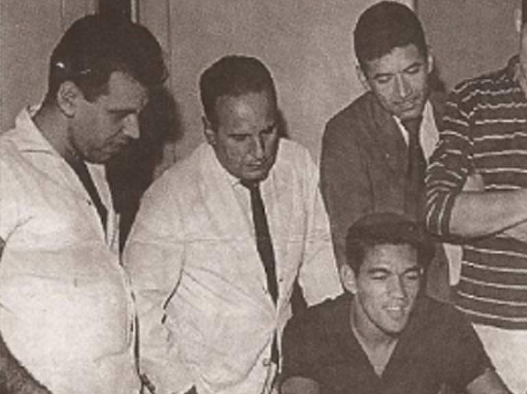 Sandro Moreyra (de branco) com Garrincha (sentado) e Nílton Santos (de terno e gravata)