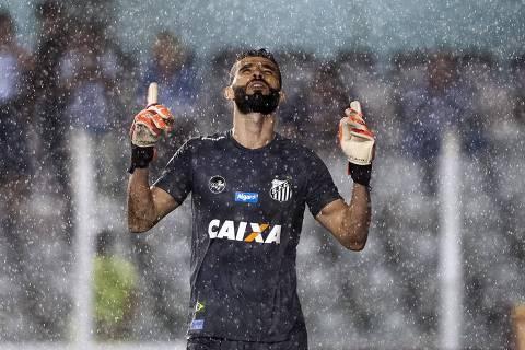 SANTOS, SP, 21-03-2018 -  Vanderlei goleiro do Santos FC, comemora durante o jogo contra o Botafogo.  Foto: Ivan Storti/Santos FC DIREITOS RESERVADOS. NÃO PUBLICAR SEM AUTORIZAÇÃO DO DETENTOR DOS DIREITOS AUTORAIS E DE IMAGEM