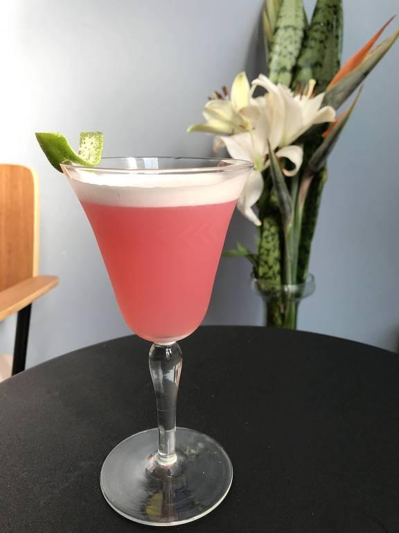 Drinque Filomeno (gim infuso em blueberry, limão, licor de laranja e clara de ovo; R$ 28) servido no bar Scar